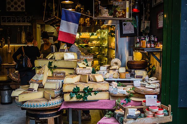 Une belle table de fromages français.